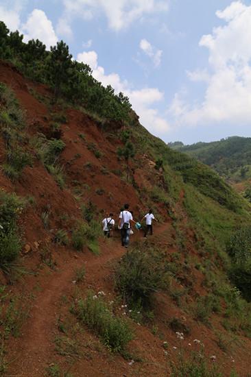 还有到咸宁哈喇河乡西凉山教学点,正安县盘龙教学点等地支教的老师们.