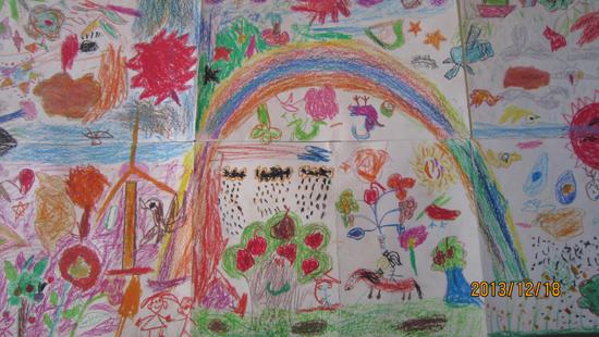 上午,五年级的14个学生先在纸上画了一些图案,小谭将这些8开的图画纸